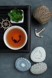 杯红茶和钩针编织的小卵石 库存图片
