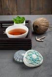杯红茶和钩针编织的小卵石 免版税库存图片