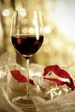 杯红葡萄酒和圣诞节装饰品 库存照片