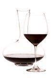 杯红葡萄酒和蒸馏瓶 库存照片
