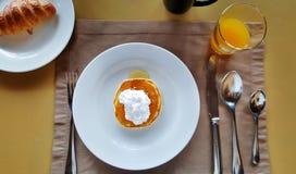 杯结块与奶油在桌照片 免版税库存照片