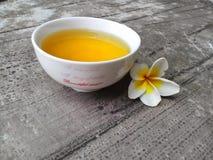 杯绿茶和花赤素馨花 免版税库存照片