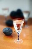 杯自创李子白兰地酒用李子 免版税图库摄影