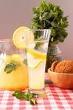 杯自创柠檬水 库存图片