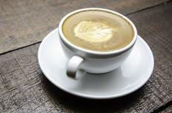 杯艺术拿铁或热奶咖啡咖啡 免版税库存照片