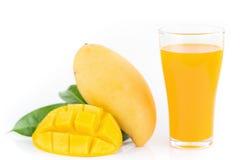 杯芒果汁用芒果切被隔绝的果子 免版税库存照片