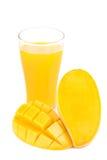 杯芒果汁用芒果切被隔绝的果子 免版税图库摄影