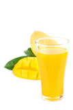 杯芒果汁用芒果切被隔绝的果子 库存图片