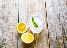 杯苏打用在木桌上的被对分的柠檬 库存图片
