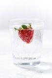 杯苏打水用新鲜的草莓,垂直 库存图片