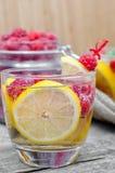杯苏打水用柠檬和莓 图库摄影