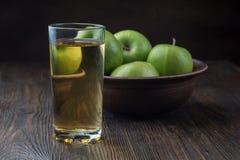 杯苹果汁用在木桌,特写镜头上的红色苹果 库存图片