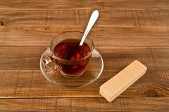 杯茶和奶蛋烘饼 免版税库存照片