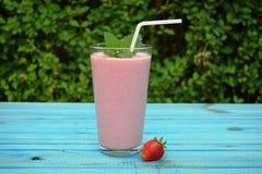 杯草莓,与秸杆的樱桃圆滑的人在木桌上 蛋白质鸡尾酒 健康饮料 新鲜的自创圆滑的人 Hea 免版税库存照片