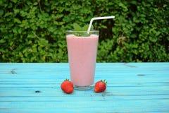 杯草莓,与秸杆的樱桃圆滑的人在木桌上 蛋白质鸡尾酒 健康饮料 新鲜的自创圆滑的人 Hea 图库摄影