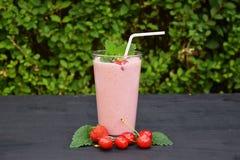 杯草莓,与秸杆的樱桃圆滑的人在木桌上 蛋白质鸡尾酒 健康饮料 新鲜的自创圆滑的人 Hea 免版税库存图片
