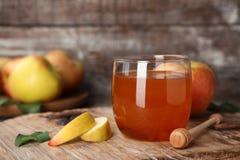 杯蜂蜜、苹果和浸染工 库存照片