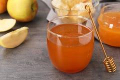 杯蜂蜜、苹果和浸染工 库存图片