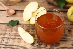 杯蜂蜜和苹果 免版税库存照片