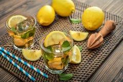 杯被冰的甜柠檬水 免版税图库摄影