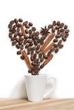 杯被填装的心脏咖啡用在白色的桂香 库存图片