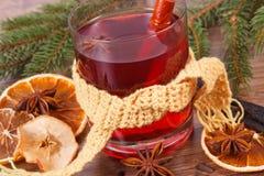 杯被仔细考虑的酒包裹了围巾、香料和云杉的分支 库存照片