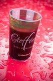 杯被仔细考虑的酒在圣诞节市场上 免版税库存照片
