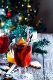 杯被仔细考虑的酒用桔子、曲奇饼和有气味的肉桂条 图库摄影