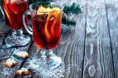 杯被仔细考虑的酒用桔子、曲奇饼和有气味的肉桂条 库存图片