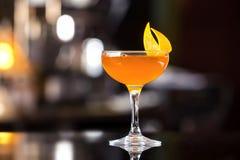 杯边车橙色鸡尾酒装饰用柠檬在酒吧 免版税库存照片