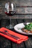 杯酒和沙拉用温暖的小牛肉 免版税库存照片