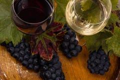 杯酒和葡萄在桶 库存图片