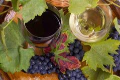 杯酒和葡萄在桶 免版税库存照片