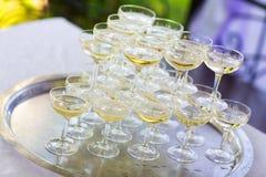 杯金字塔香槟 小山 库存照片