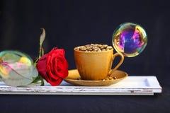 杯金黄咖啡豆 免版税库存图片