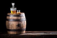 杯金黄年迈的白兰地酒或威士忌酒在岩石 免版税库存图片