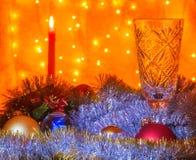 杯香槟和一个灼烧的蜡烛在被弄脏的背景 库存图片