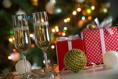 杯香槟和圣诞节礼物 库存图片