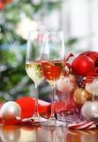 杯香槟和圣诞节装饰 图库摄影