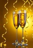 杯香槟和飘带 免版税库存照片