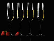 杯香槟用草莓 库存照片