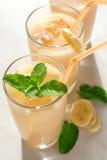 杯香蕉汁 免版税图库摄影