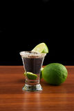 杯龙舌兰酒、盐和石灰 免版税图库摄影