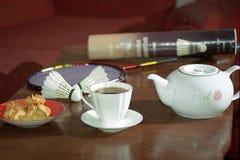 杯,茶,饼干,羽毛球shuttlecocks,球拍 库存图片