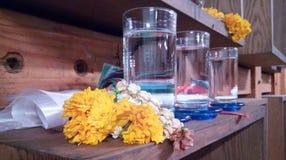 杯水为祈祷 库存照片