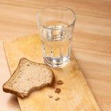 杯水和面包 库存照片