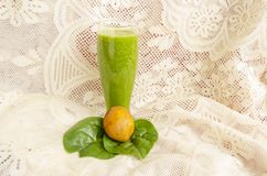 杯6月李子和菠菜汁和主要成份 免版税图库摄影