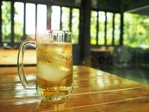 杯10月费斯特的啤酒 免版税库存照片