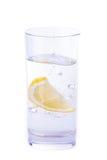 杯水用柠檬 免版税图库摄影