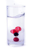 杯水用莓果 库存图片